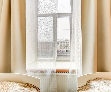 студио кровати у окна