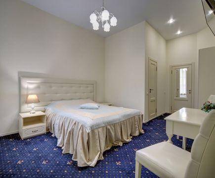 двуспальная кровать в номере