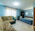 Спальня с диваном и кроватью