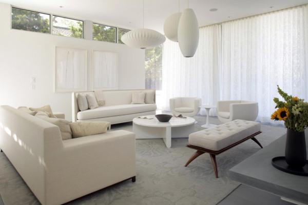 просторная белая комната