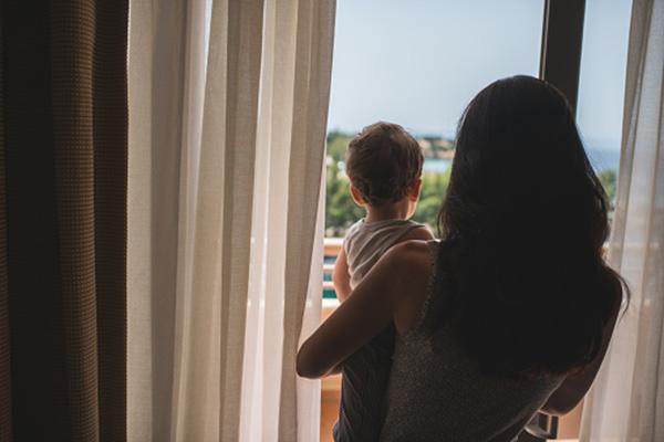 мама с ребенком смотрят в окно